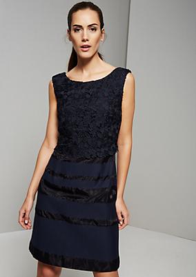 Elegantes Abendkleid mit raffinierten Häkeldetails