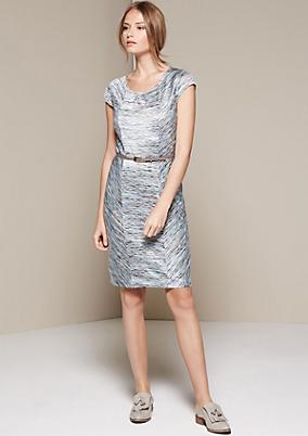 Extravagantes Strickkleid mit abstrakt gestaltetem Streifenmuster
