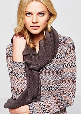 Kuscheliger Schal mit elastischem Rippenmuster