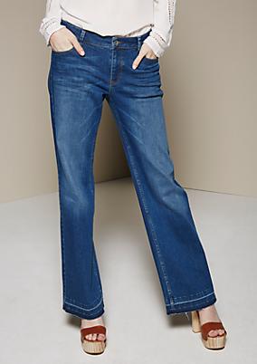 Leichte Jeans mit extravagant gearbeitetem Schlag