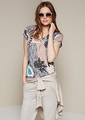 Sommerliches Kurzarmshirt mit kunstvoll gestaltetem Alloverprint