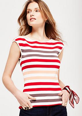 Sommerliches Strickshirt mit dekorativen Details