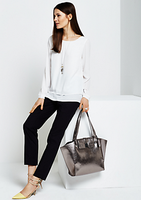 Voluminöse Shoppingbag mit silbrig glänzender Lackoberfläche
