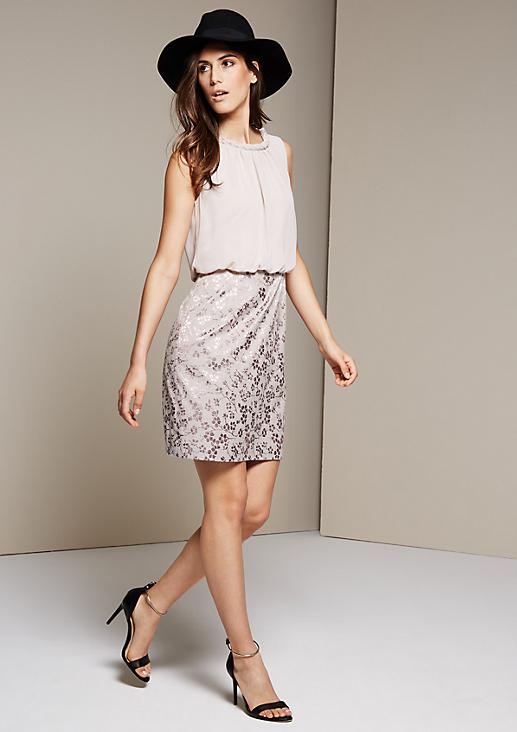 Ärmelloses Kleid im raffinierten Materialmix