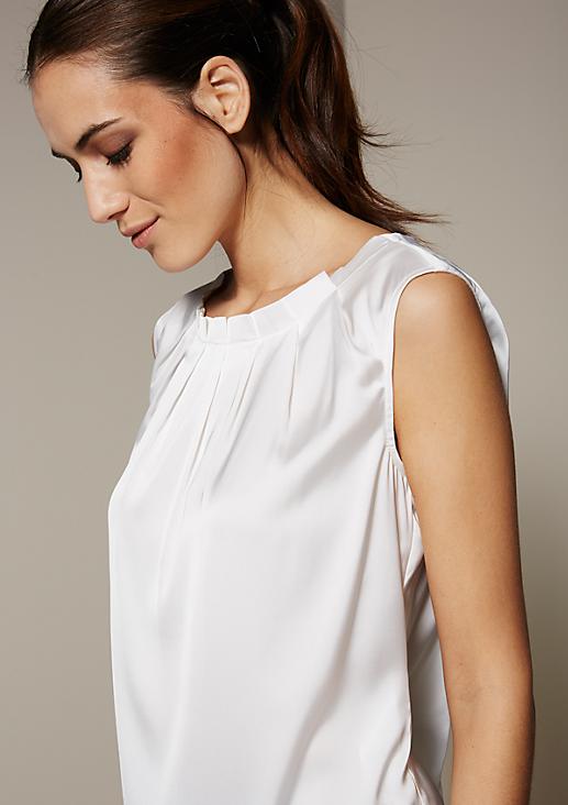 Dezent glänzendes Top mit elegantem Fältchenwurf