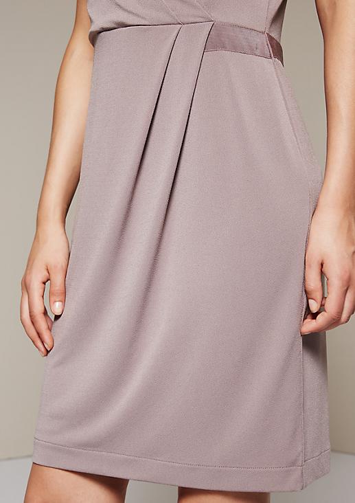 Edles Abendkleid aus Krepp mit raffinierten Detailarbeiten