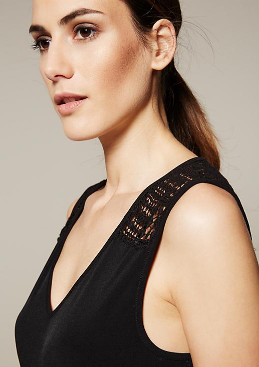 Edles Jerseykleid mit kunstvoll gearbeitetem Spitzenbesatz