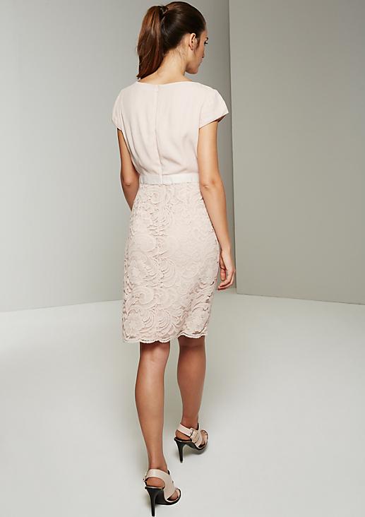 Elegantes Abendkleid mit aufwendigen Spitzenarbeiten
