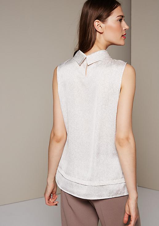 Elegantes Satintop mit fein gestaltetem Alloverprint
