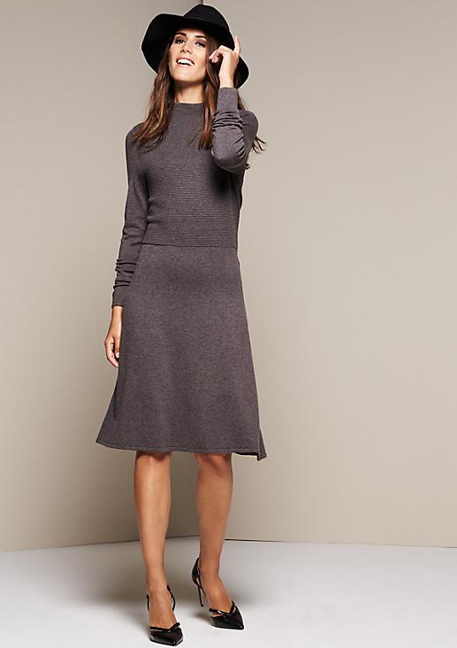 Elegantes Strickkleid mit langen Ärmeln