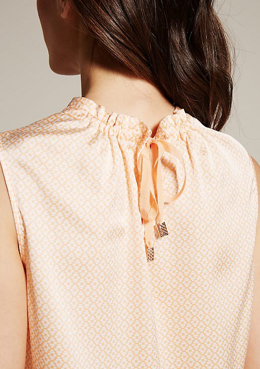 Fein glänzendes Blusentop mit dekorativem Fältchenwurf