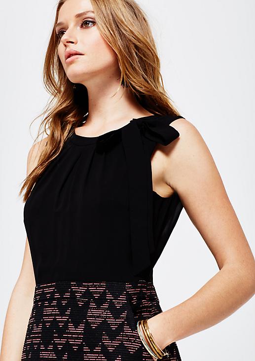 Feminines Abendkleid im aufregenden Materialmix
