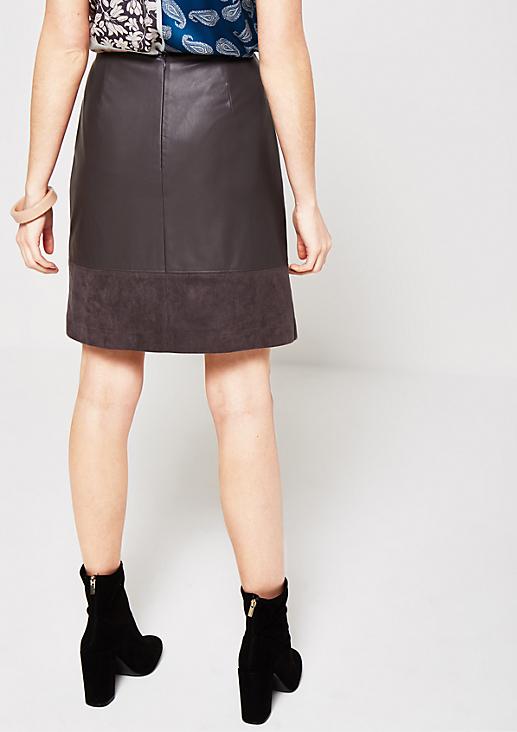 Glamouröser Kurzrock im Materialmix