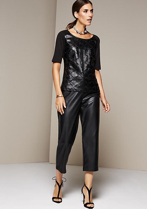 Glamouröses Kurzarmshirt mit elegantem Muster aus Fake-Leder