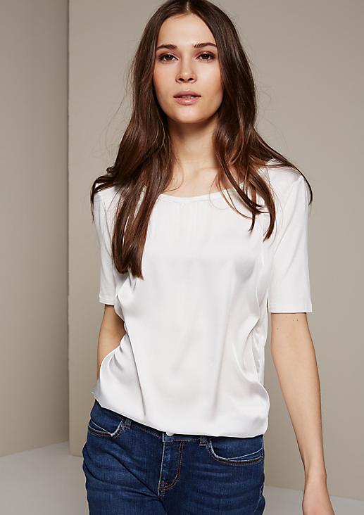 Schlichtes Kurzarmshirt mit raffiniert gestalteten Details