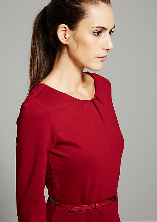 Schönes Kleid mit fein gearbeiteten Details