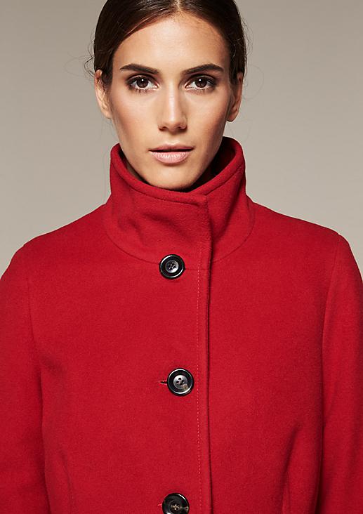 Warmer Mantel aus edlen Stoffen