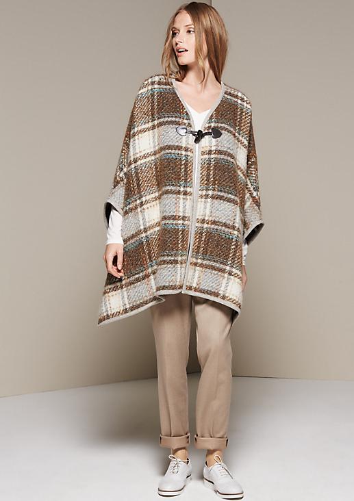 Warmer Strickponcho mit schön gestaltetem Karomuster