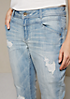 Legere Jeans mit aufwendig gearbeiteten Repair-Details