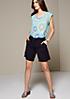 Sommerliches Shirt im Muster- und Materialmix