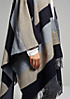 Weicher Poncho mit Colourblockings