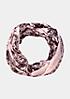 Zarter Loopschal im raffinierten Mustermix