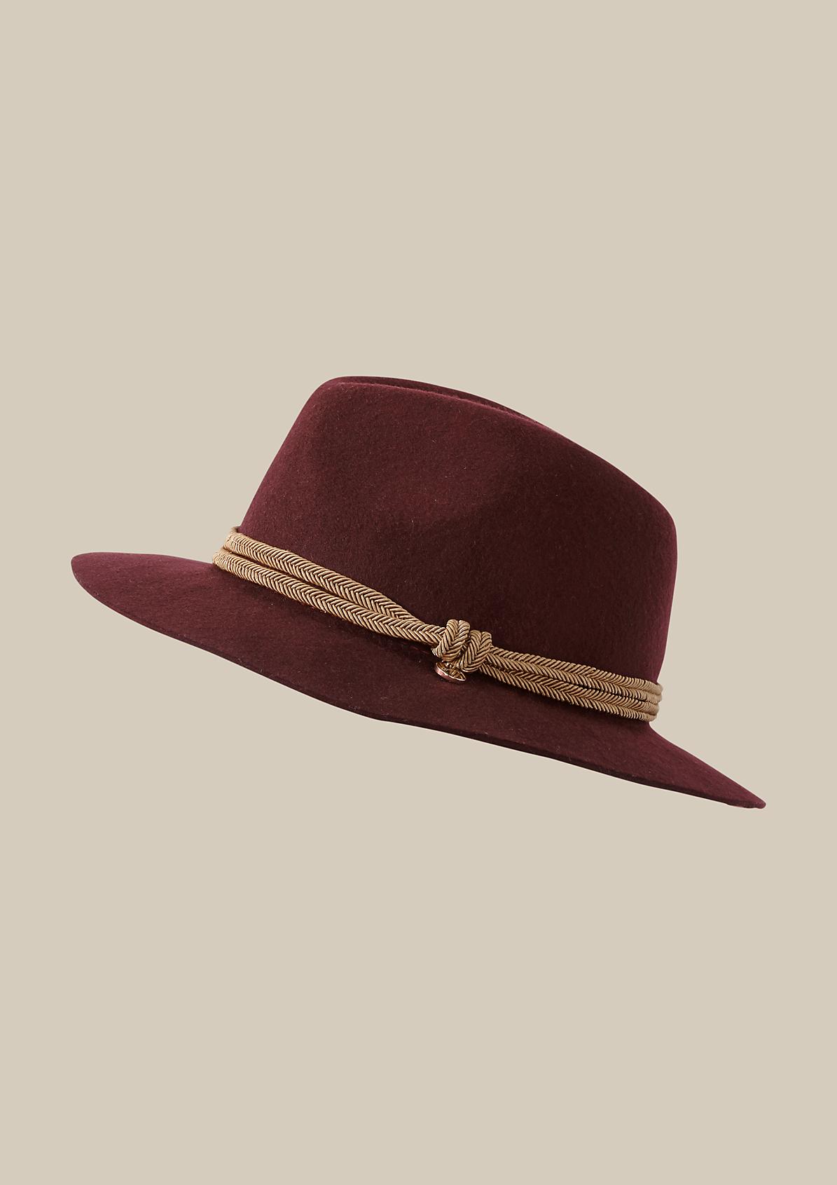 Eleganter Filzhut mit kontrastigem Hutband