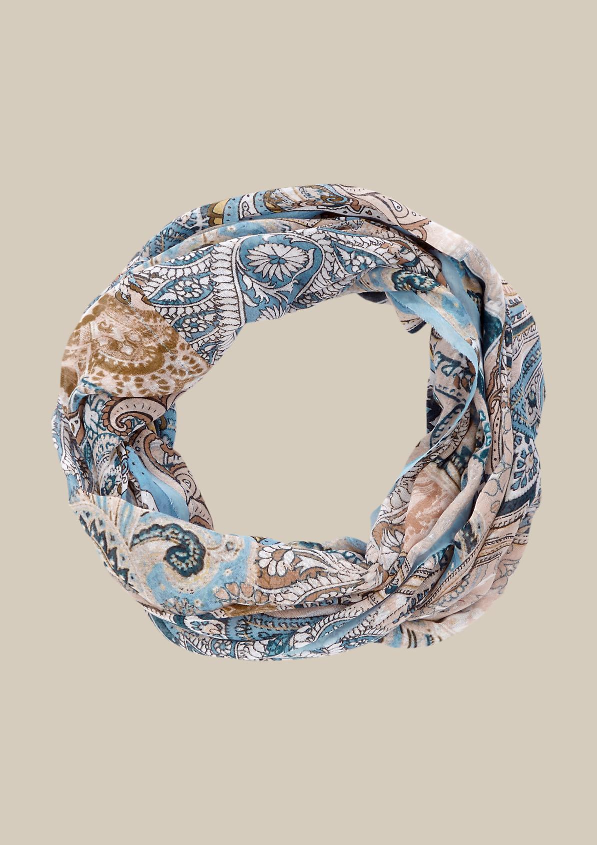 Hauchzarter Schal mit feinem Musterspiel