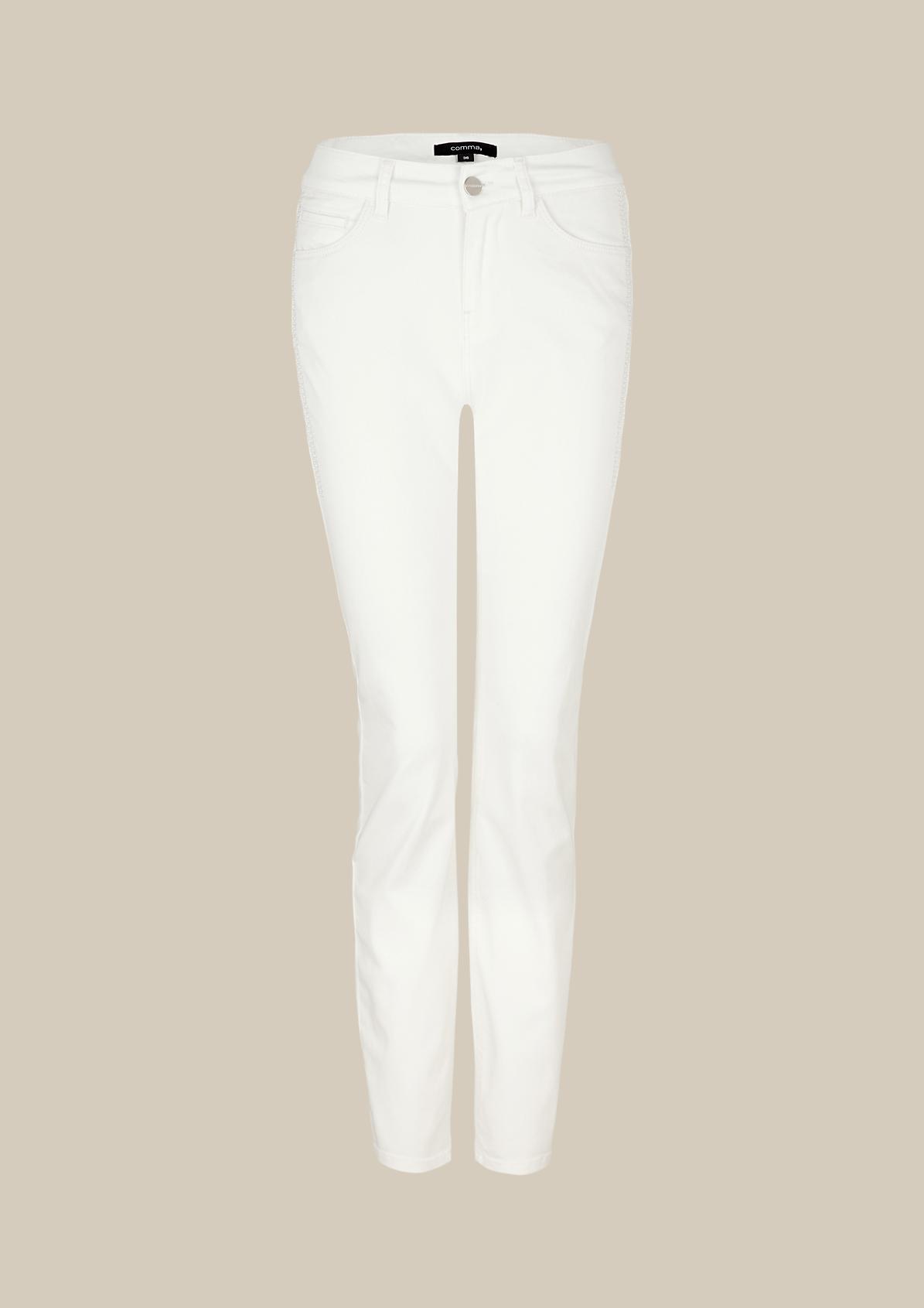 Lässige Coloured-Jeans mit aufwendigen Zierstickereien