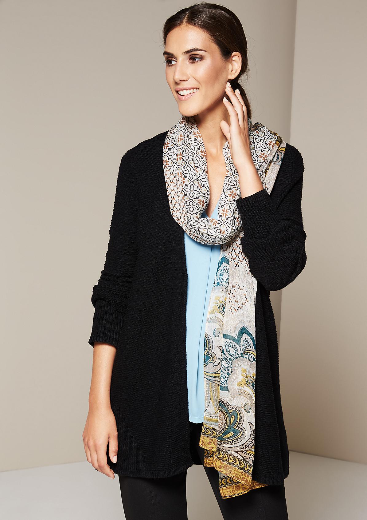 Zarter Schal mit liebevoll gestaltetem Alloverprint