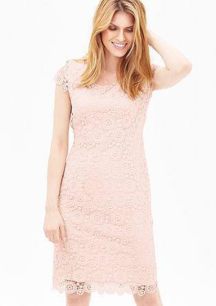 Accentuerende jurk van kant