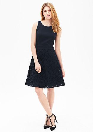 Ausgestelltes Kleid mit Organzarock