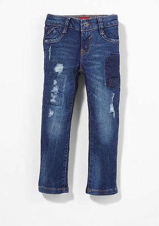 Brad: jeans hlače z raztrganinami in popravljenimi mesti
