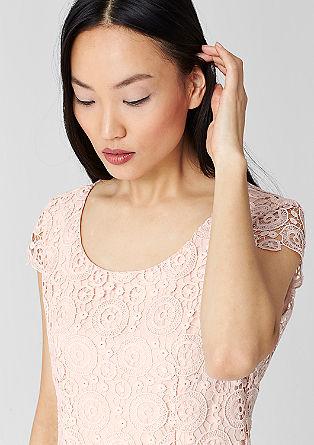 Čipkasta obleka, ki poudari postavo