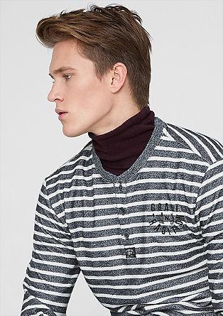 Črtast pulover v videzu narobe obrnjenega oblačila
