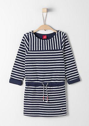 Een maritieme gebreide jurk