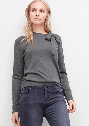 Fijn gebreiide trui met een strik