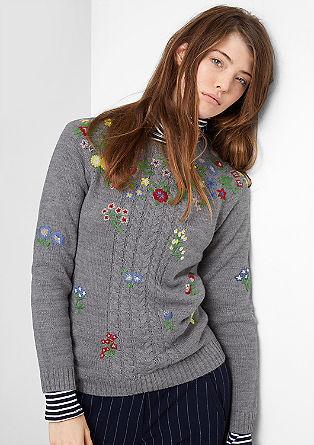 Gebreide trui met geborduurde bloemen