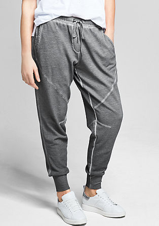 Jogger style pants met een garment-washed effect