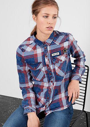 Karirasta srajca z našitki