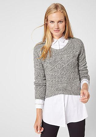 Korte gebreide trui met een kabelpatroon