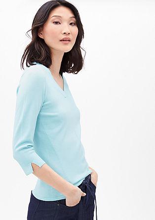 lehký pulovr se špičatým výstřihem