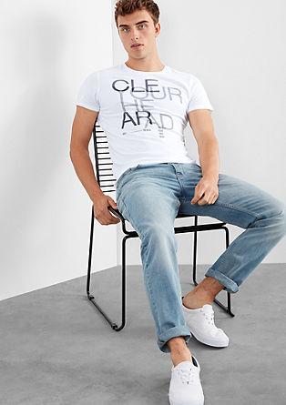 Majica z natisnjenim sporočilom