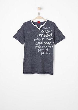 Majica z V-izrezom in sporočilom