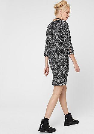 Muster-Kleid im modischen Schnitt