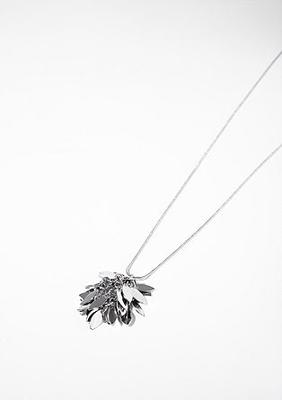 Necklace with a leaf pendant from s.Oliver