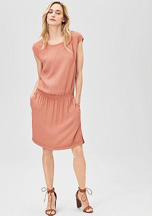 Obleka iz krepa z vezenino
