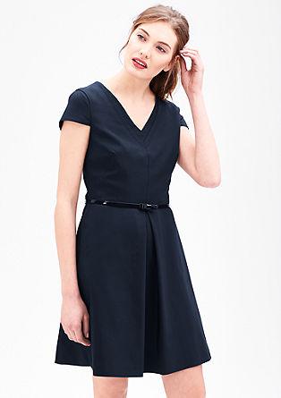 Obleka s šivi, ki grafično poudarijo izrez
