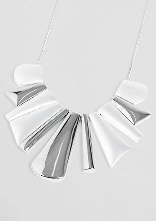 Ogrlica z več kovinskimi ploščicami