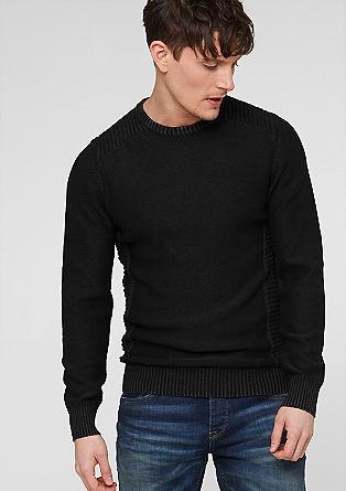 Pleten pulover v ponošenem videzu
